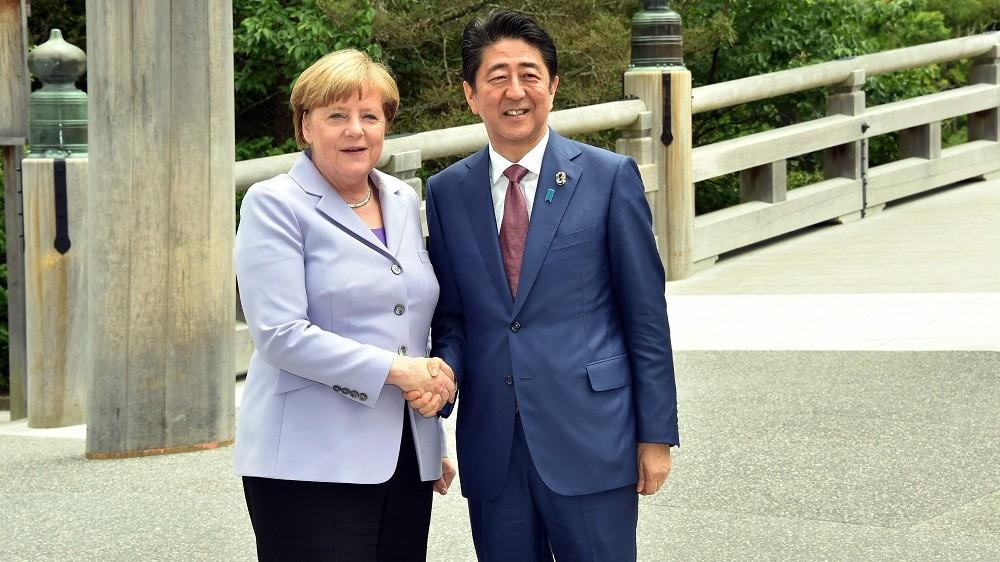 Isze, 2016. május 26.  Abe Sindzó japán miniszterelnök (j) üdvözli Angela Merkel német kancellárt a Mie prefektúrabeli Isze városában lévõ nagyszentélyben 2016. május 26-án, a világ iparilag legfejlettebb hét országát tömörítõ hetes csoport, a G7 kétnapos, isze-simai csúcstalálkozójának kezdete elõtt. (MTI/EPA/Japán külügyminisztérium)