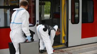 Grafing, 2016. május 10. Rendõrségi szakértõk egy vonat mellett 2016. május 10-én, miután egy fiatal férfi késével megtámadott négy embert a München melletti Grafing vasútállomásán. Egy áldozat életét vesztette, három könnyebben megsebesült. (MTI/AP/Matthias Schrader)