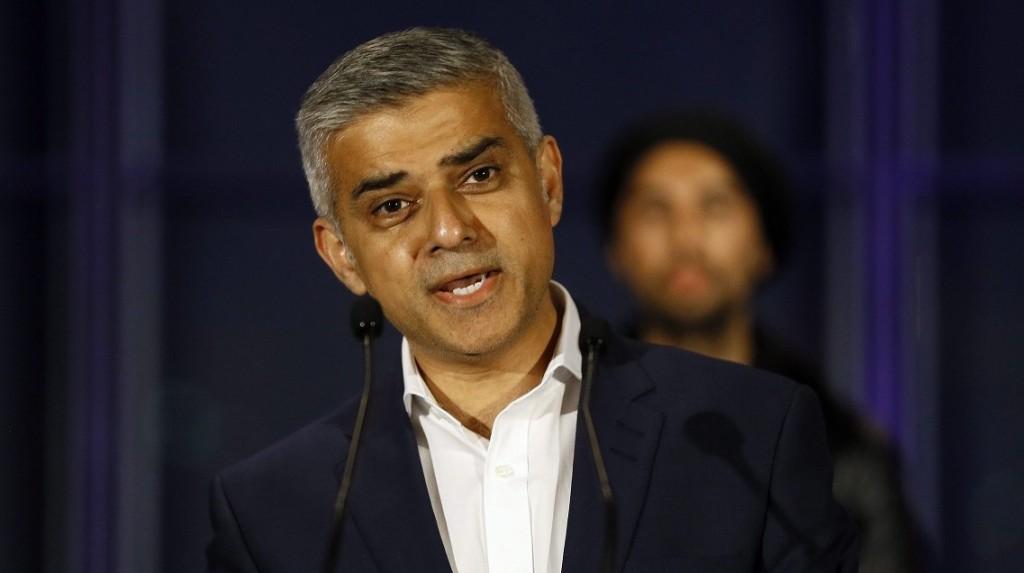London, 2016. május 7. Sadiq Khan, a brit ellenzéki Munkáspárt jelöltje beszél a londoni városházán 2016. május 7-én, miután gyõzött a londoni polgármester-választáson. (MTI/AP/Kirsty Wigglesworth)