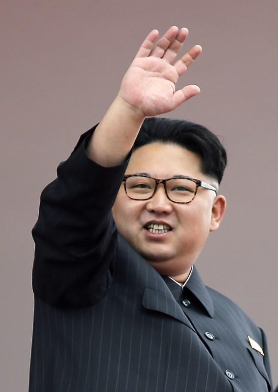 Phenjan, 2016. május 10. Kim Dzsong Un elsõ számú észak-koreai vezetõ, a kommunista Koreai Munkapárt elnöke a párt 7. kongresszusa befejezõdésének alkalmából tartott felvonulás résztvevõinek integet a phenjani Kim Ir Szen téren 2016. május 10-én. Észak-koreában a párt utoljára 1980-ban tartott kongresszust. (MTI/AP/Wong Maye-E)