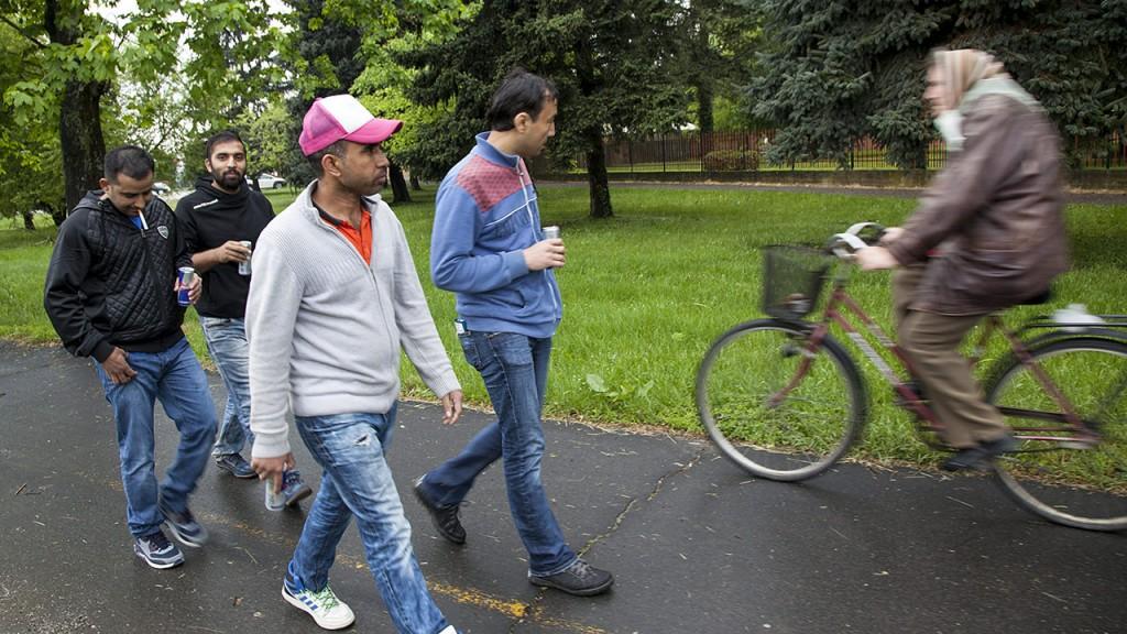 Körmend, 2016. május 2.A Körmendi Rendészeti Szakközépiskola területén lévő ideiglenes befogadótáborban elszállásolt migránsok egy csoportja sétál a városban 2016. május 2-án.MTI Fotó: Varga György