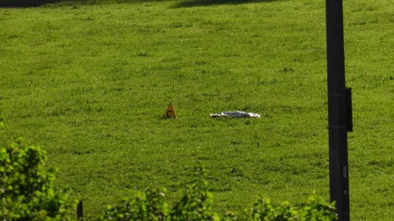 Nenzing, 2016. május 22. Az osztrák Laendle.TV adásáról rögzített kép egy hullazsákról az ausztriai Vorarlberg tartományban lévõ Nenzing településen, ahol egy szabadtéri koncerten két embert megölt, majd magával is végzett egy férfi 2016. május 22-én hajnalban. (MTI/AP/Laendle.TV)