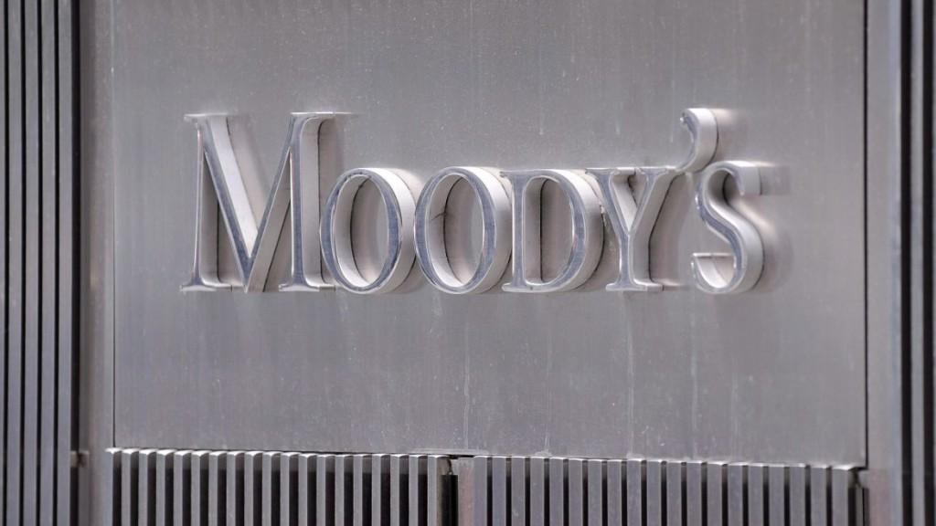 New York, 2011. július 13. 2011. július 13-i archív felvétel a Moody's hitelminõsítõ New York-i irodájánál látható emblémájáról. A Moody's, mely 2011. november 24-én Magyarország hitelminõsítését lerontotta a befektetésre nem ajánlott kategóriába, 2011. november 29-én arra figyelmeztetett, hogy 15 európai ország 87 bankjának ronthatja a hitelminõsítését, köztük kulcsfontosságú francia, olasz és spanyol bankokét is. A Moody's a figyelmeztetést az állami támogatás megvonásának fennálló lehetõségével indokolta. (MTI/EPA/Andrew Gombert) *** Local Caption *** 00000402822243