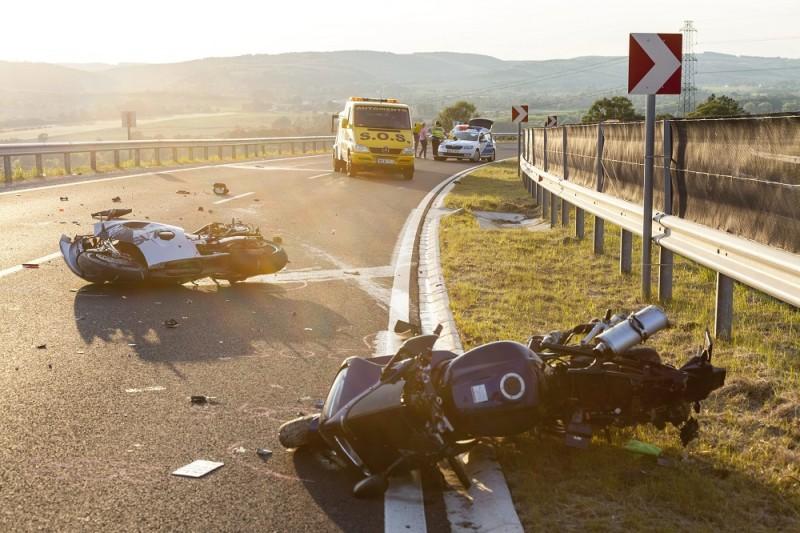 Zalacsány, 2016. május 21. Összetört motorkerékpárok a 760-as út Zalacsány és Felsõpáhok közötti útszakaszán 2016. május 21-én. A két motoros egyelõre tisztázatlan okból ütközött neki a szalagkorlátnak, egyikõjük meghalt, a másik pedig életveszélyes sérüléseket szenvedett. MTI Fotó: Varga György