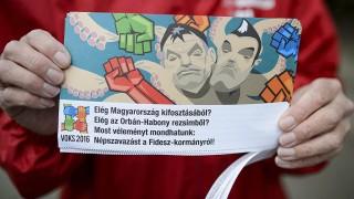 Balassagyarmat, 2016. április 9.Szórólap a Magyar Szocialista Párt (MSZP) aláírásgyűjtő akcióján Balassagyarmaton 2016. április 9-én. A párt a vasárnapi boltzár ellen, valamint a föld állami tulajdonban tartásával és a bérplafon kérdésével kapcsolatban kezdeményez népszavazást. A három referendum kiírásához 120 nap alatt 200 ezer aláírást kell gyűjteni.MTI Fotó: Komka Péter