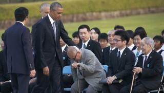 Hirosima, 2016. május 27.  Barack Obama amerikai elnök (b2) Abe Sindzó japán miniszterelnök (b) társaságában Mori Sigeaki túlélõvel (j3) és Cuboi Szunauval, az 1945. augusztus 6-i, hirosimai atomtámadás túlélõi szövetségének elnökével (j) találkozik, miután koszorút helyezett el a hirosimai Atombomba-kupola elõtti Béke Emlékparkban 2016. május 27-én. Obama az elsõ hivatalban lévõ amerikai elnök, aki látogatást tesz az atomcsapást elszenvedett Hirosimában. (MTI/AP/Kadzsijama Sudzsi)