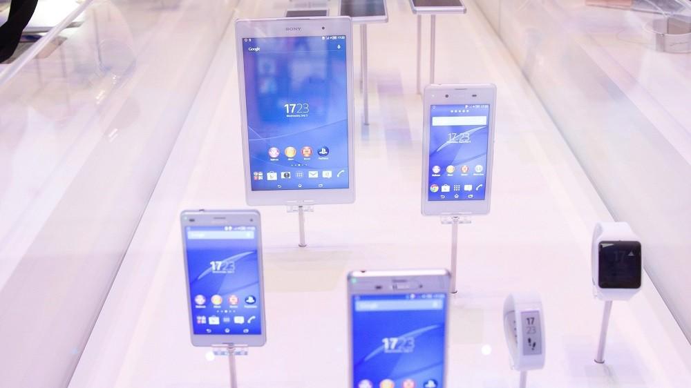 Berlin, 2014. szeptember r3. A Sony termékeit nézik meg a látogatók a világ egyik legnagyobb fogyasztói elektronikai vásárán, a berlini IFA-n 2014. szeptember 3-án. (MTI/EPA/Jörg Carstensen)