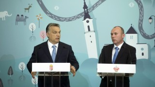 Veszprém, 2016. május 10. Orbán Viktor miniszterelnök (b) és Porga Gyula polgármester (Fidesz-KDNP) sajtótájékoztatót tart a Modern városok program keretében kötött együttmûködési megállapodás aláírása után a veszprémi városházán 2016. május 10-én. MTI Fotó: Koszticsák Szilárd