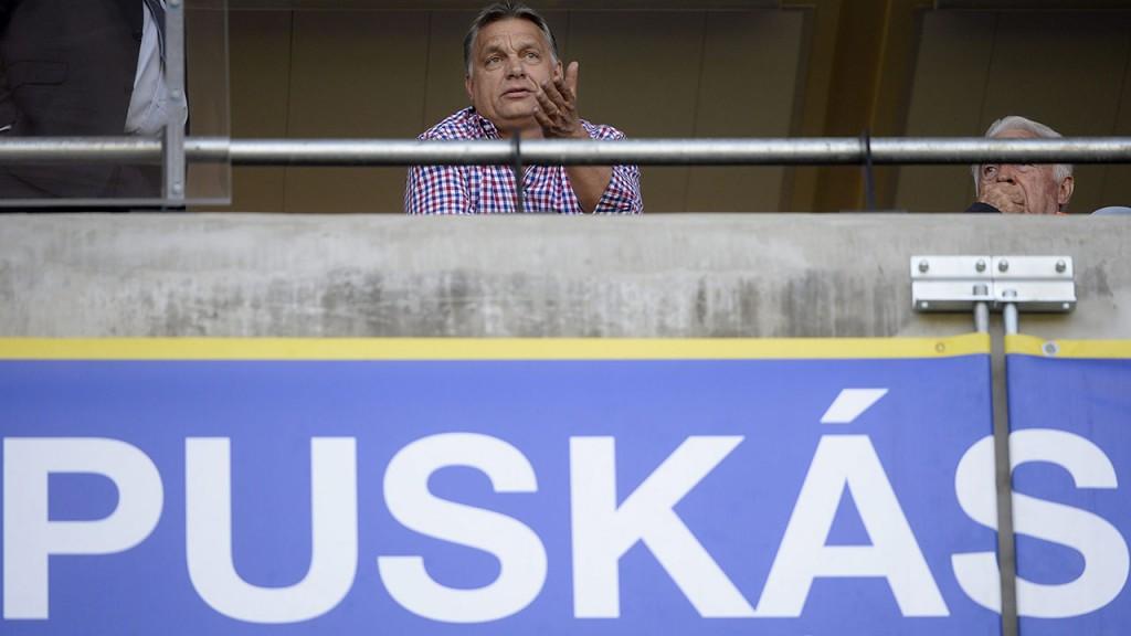 Felcsút, 2016. április 30.Orbán Viktor miniszterelnök (k) a labdarúgó OTP Bank Liga 33., utolsó fordulójában játszott Puskás Akadémia - Budapest Honvéd mérkőzésen a felcsúti Pancho Arénában 2016. április 30-án.MTI Fotó: Kovács Tamás