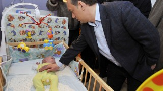 Szolnok, 2008. február 23.Orbán Viktor, a Fidesz elnöke az ikrek egyikével, amikor a politikus meglátogatja Szolnokon a Széchenyi lakótelepen élő hathónapos Mátyus hármas ikreket.MTI Fotó: Mészáros János