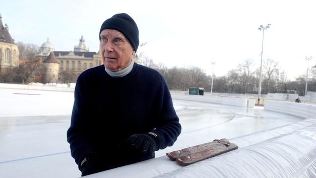 Budapest, 2012. január 3. A Svédországban élõ, 88 esztendõs  Pajor Kornél, Magyarország egyetlen világbajnok gyorskorcsolyázója, aki elhozta magával 1948-ban készült korcsolyáját, amelyben 1949-ben két világcsúcsot futott, s Oslóban összetett vb-t nyert, a frissen elkészült pályán. Tizennyolc ország közel nyolcvan versenyzõje érkezik Budapestre, a gyorskorcsolyázók január 6-8 közötti összetett Európa-bajnokságára, amelyet a Városligeti Mûjégpályán rendeznek meg. MTI Fotó: Földi Imre
