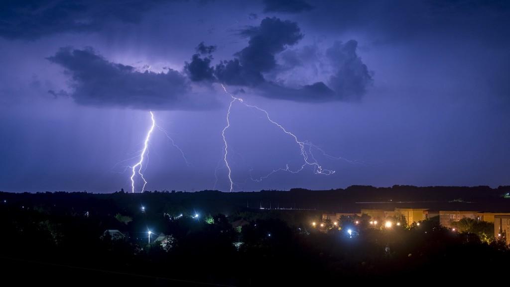Pécs, 2016. május 30. Villámlás Pécs kertváros városrésze felett 2016. május 29-én. Az országon nyugatról keleti irányba végigvonuló viharzóna miatt nem emelkedett jelentõsen a tûzoltói riasztások száma, de a fõvárosban és kilenc megyében a további heves zivatar és a felhõszakadás veszélye miatt elsõfokú figyelmeztetés van érvényben. MTI Fotó: Sóki Tamás