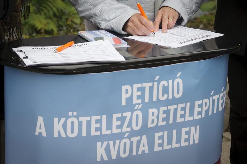 Debrecen, 2015. november 7.Támogatók aláírják a kötelező betelepítési kvóta elleni, Védjük meg az országot! című, a Fidesz kezdeményezte petíciót Debrecenben, a Vár utcai piacnál 2015. november 7-én.MTI Fotó: Czeglédi Zsolt