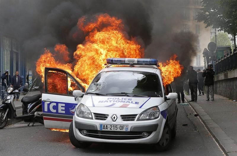 Párizs, 2016. május 18.Rendőrautó lángol a francia rendőrök tüntetésén Párizsban 2016. május 18-án, miután ellentüntetők rátámadtak az utcára vonult rendőrökre. A rendőrség a megmozdulással a rendszerint erőszakos cselekményekbe torkolló, mindennapossá vált francia munkajogi reform elleni lakossági tüntetéseket kívánja elítélni. (MTI/AP/Francois Mori)