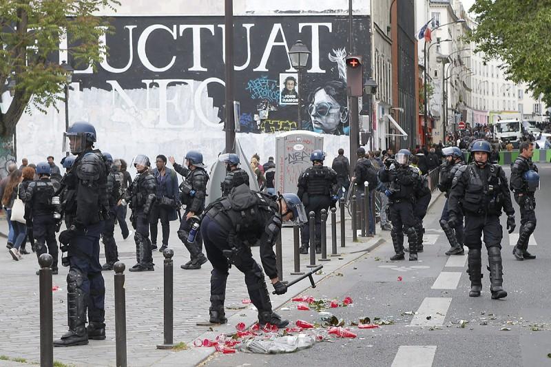 Párizs, 2016. május 18.Törött üvegpalacok hevernek a földön a francia rendőrök tüntetésén Párizsban 2016. május 18-án, miután ellentüntetők rátámadtak az utcára vonult rendőrökre. A rendőrség a megmozdulással a rendszerint erőszakos cselekményekbe torkolló, mindennapossá vált francia munkajogi reform elleni lakossági tüntetéseket kívánja elítélni. (MTI/AP/Francois Mori)