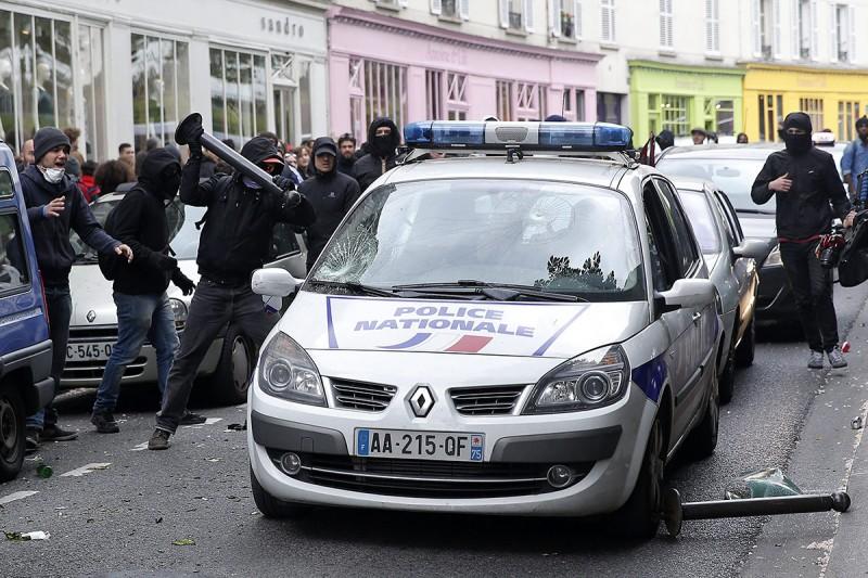 Párizs, 2016. május 18.Egy francia rendőrautó szélvédőjét zúzza be utcai fémoszloppal egy férfi, mialatt benne ül egy rendőr a francia rendőrök tüntetésén Párizsban 2016. május 18-án. A rendőrség a megmozdulással a rendszerint erőszakos cselekményekbe torkolló, mindennapossá vált francia munkajogi reform elleni lakossági tüntetéseket kívánja elítélni. (MTI/EPA/Yoan Valat)