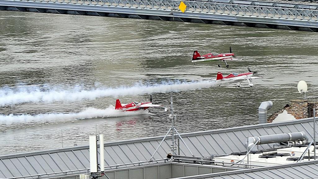 Budapest, 2016. május 1.Veres Zoltán műrepülő Európa-bajnok (felül) Jason Beamish és Larry Beamish pilótákkal kötelékben egyszerre repül át a Lánchíd alatt a Nagy Futam IV. elnevezésű légi- és autós parádén, Budapesten 2016. május 1-jén. Bár az egyik repülőgép futóműve beleért a vízbe, a rekordkísérlet sikerült.MTI Fotó: Lakatos Péter