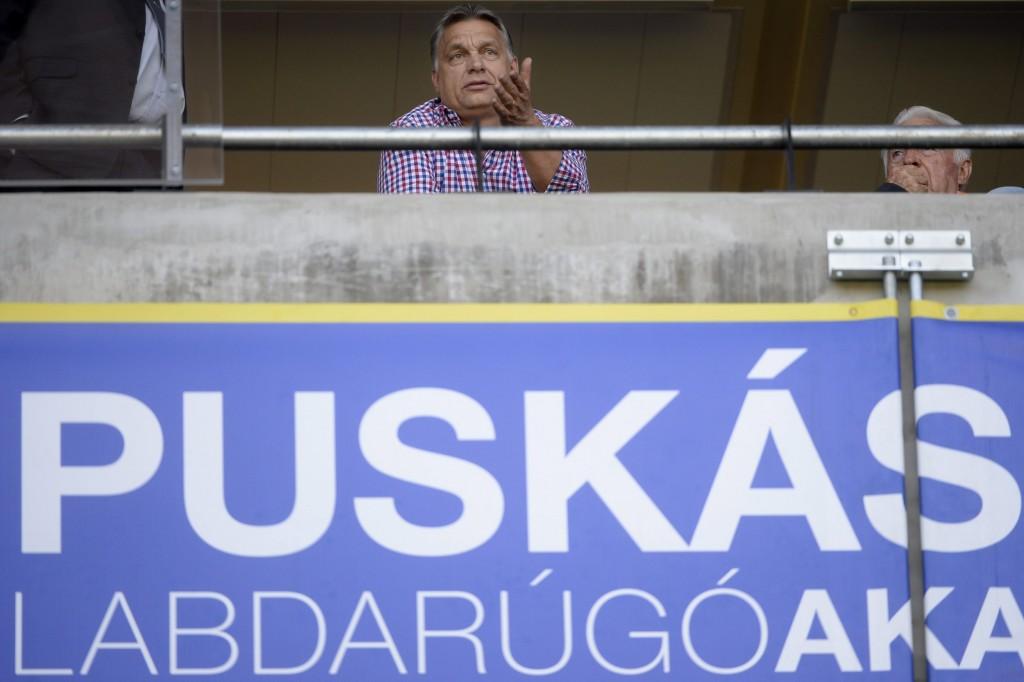 Felcsút, 2016. április 30. Orbán Viktor miniszterelnök (k) a labdarúgó OTP Bank Liga 33., utolsó fordulójában játszott Puskás Akadémia - Budapest Honvéd mérkõzésen a felcsúti Pancho Arénában 2016. április 30-án. MTI Fotó: Kovács Tamás