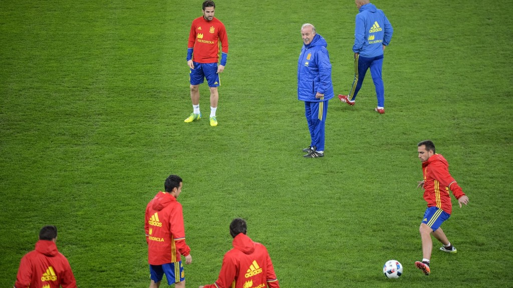 Spain's players take part in a training session overseen by coach Vicente del Bosque (C) on March 26, 2016, on the eve of the friendly football match Romania against Spain in Cluj Napoca city. / AFP PHOTO / ANDREI PUNGOVSCHI