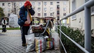 Image: 73413244, Az Ózd mellett élő Horváthné Kiss Erika egy hétig éhségsztrájkolt a város polgármesteri hivatala előtt 2012 telén, miután egy behajtó cég elkezdte levonni segélyéből korábbi tartozását., Place: Ózd, Hungary, License: Rights managed, Model Release: No or not aplicable, Property Release: Yes, Credit: smagpictures.com