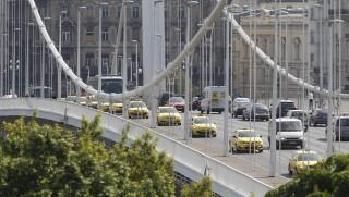 Budapest, 2016. május 17. Az Uber személyszállító szolgáltatás ellen demonstráló taxisok Budapesten, az Erzsébet hídon 2016. május 17-én. MTI Fotó: Szigetváry Zsolt