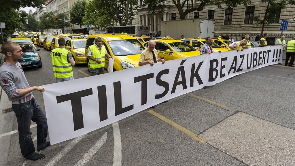 Budapest, 2015. június 16.Taxisok álló demonstrációja a Fuvarozó Vállalkozók Országos Szövetsége (FUVOSZ) és az Országos Taxis Szövetség (OTSZ) szervezésében Budapesten, az V. kerületi Alkotmány utcában 2015. június 16-án. A taxisok azért demonstráltak, mert a törvényhozás nem fogadta el a taxis rendeletet.MTI Fotó: Szigetváry Zsolt