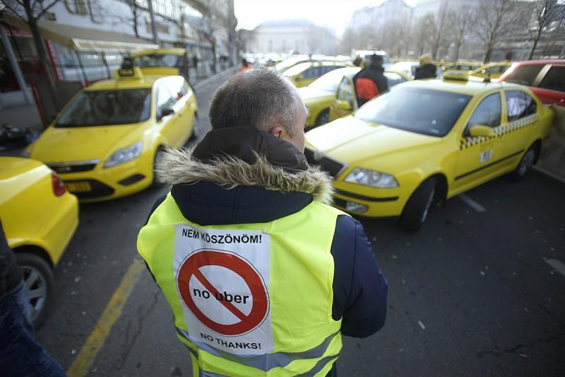 Budapest, 2016. január 20.Az Uber közösségi személyszállító szolgáltatás ellen tiltakozó taxisok állnak autóikkal a belvárosi József Attila utca, Andrássy út és Bajcsy-Zsilinszky út kereszteződésénél 2016. január 20-án.MTI Fotó: Balogh Zoltán