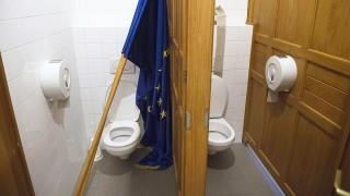 Budapest, 2014. február 13.Európai uniós zászló a Parlament WC-jében, amelyet Gaudi-Nagy Tamás, a Jobbik képviselője távolított el a parlamenti ülésteremből napirend utáni felszólalását követően, az Országgyűlés 2010-2014-es kormányzati ciklusának utolsó ülésén 2014. február 13-án.MTI Fotó: Koszticsák Szilárd