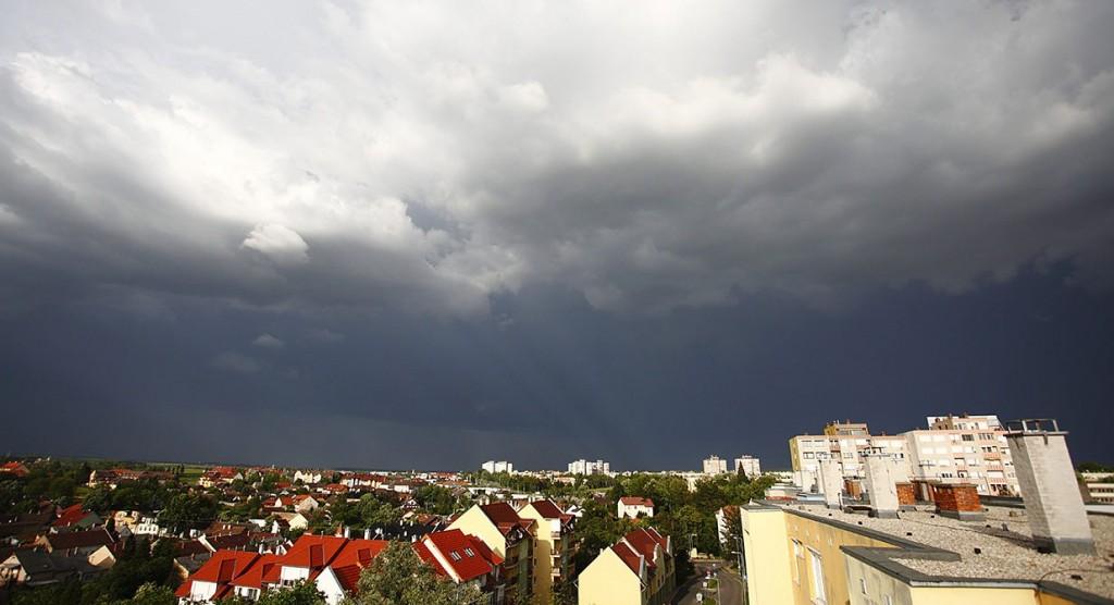 Nagykanizsa, 2013. május 19.Zivatarfelhők Nagykanizsa felett 2013. május 19-én. A meteorológiai szolgálat éjfélig szóló veszélyjelzése szerint a heves zivatarok miatt Baranya, Fejér, Somogy, Tolna, Veszprém és Zala megyében másodfokú figyelmeztetés van érvényben.MTI Fotó: Varga György