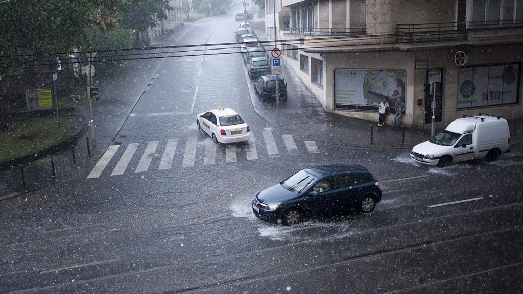 Budapest, 2013. június 8.Jégeső a II. kerületi Margit körúton 2013. június 8-án.MTI Fotó: Marjai János