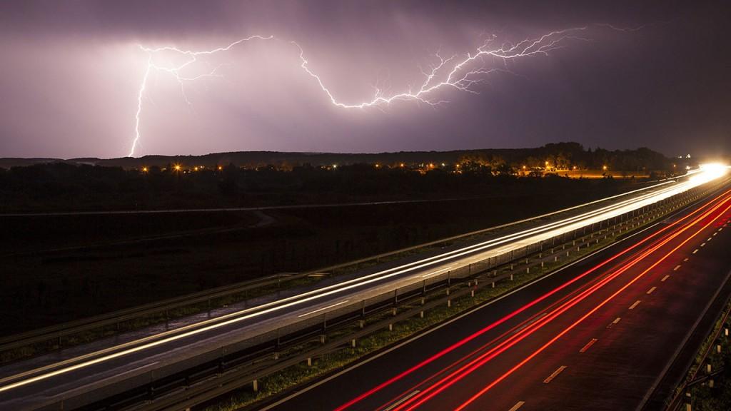 Nagykanizsa, 2016. május 24.A hosszú expozíciós idővel készült felvételen villámlás látható Nagykanizsa felett az M7-es autópálya felől 2016. május 23-án éjjel.MTI Fotó: Varga György