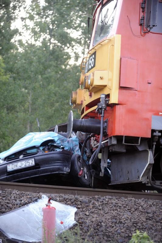 Dabas, 2016. május 22. Vonattal ütközött, összetört személygépkocsi Dabas és Hernád között, az Öregországúti átjárónál 2016. május 22-én. Az autó vezetõje a helyszínen életét vesztette. MTI Fotó: Mihádák Zoltán