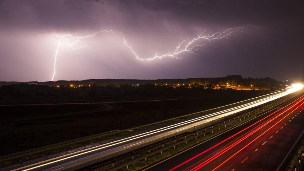 Nagykanizsa, 2016. május 24. A hosszú expozíciós idõvel készült felvételen villámlás látható Nagykanizsa felett az M7-es autópálya felõl 2016. május 23-án éjjel. MTI Fotó: Varga György