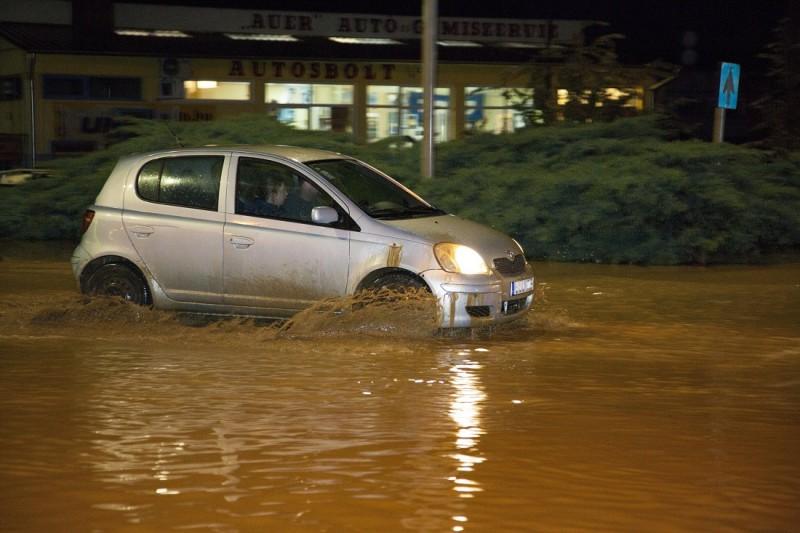 Letenye, 2016. május 24. Személyautó halad a zivatar után sáros vízzel borított 7-es fõúton Letenyénél 2016. május 23-án este. MTI Fotó: Varga György
