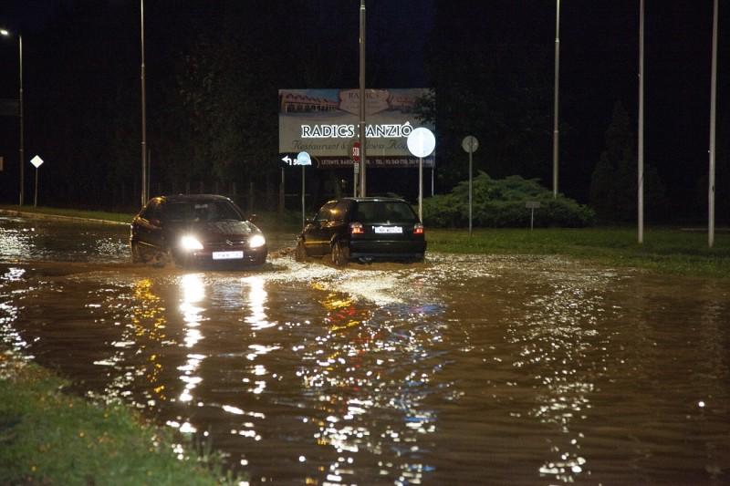 Letenye, 2016. május 24. Személyautók haladnak a zivatar után sáros vízzel borított 7-es fõúton Letenyénél 2016. május 23-án este. MTI Fotó: Varga György