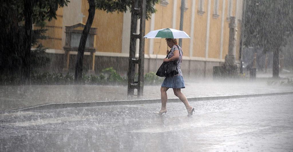 Budapest, 2010. június 14. Egy nő szalad a szakadó esőben a XVII. kerületi Keresztúri úton. Az Országos Meteorológiai Szolgálat (OMSZ) előrejelzése szerint az északi, északnyugati és keleti országrészben várhatóan előforduló zivatarokban felhőszakadásra, nagyobb méretű jégre, viharos széllökésekre is számíthatunk. A délutáni órákban 25-30 Celsius-fok valószínű. MTI Fotó: Földi Imre