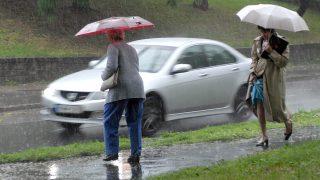 Budapest, 2008. június 18.Emberek mennek az esőben Budapesten. Az országban többfelé erősen megnövekszik a felhőzet, várható eső, zápor, zivatar, helyenként felhőszakadás, jégeső is kialakulhat.MTI Fotó: Czimbal Gyula