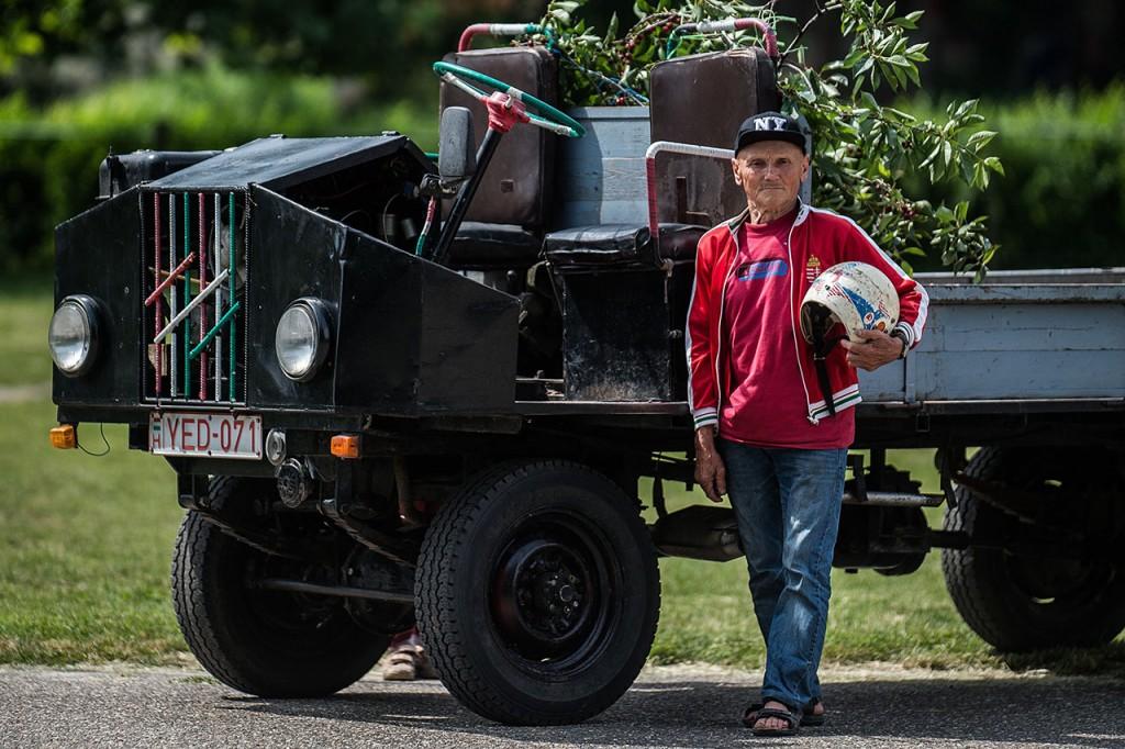 Kecel, 2016. június 11.Földes István áll egy Trabant motorral szerelt csettegője mellett a VII. Keceli Meggyfesztiválon megrendezett csettegők versenyén 2016. június 11-én. A Dél-Alföldön elterjedtek a csettegők, amelyeket tréfásan mezőgazdasági kabriónak is neveznek. Ezek általában kiszuperált autók alkatrészeiből egyedileg készített szállítójárművek, amelyeket a gyümölcs- és szőlőtermelők használnak a gazdaságukban.MTI Fotó: Ujvári Sándor