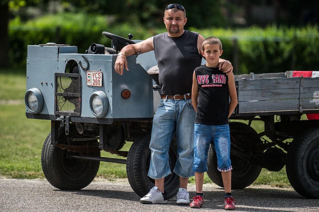 Kecel, 2016. június 11.Tóth Tibor (b) és Tóth Dániel áll egy Trabant motorral szerelt csettegője mellett a VII. Keceli Meggyfesztiválon megrendezett csettegők versenyén 2016. június 11-én. A Dél-Alföldön elterjedtek a csettegők, amelyeket tréfásan mezőgazdasági kabriónak is neveznek. Ezek általában kiszuperált autók alkatrészeiből egyedileg készített szállítójárművek, amelyeket a gyümölcs- és szőlőtermelők használnak a gazdaságukban.MTI Fotó: Ujvári Sándor