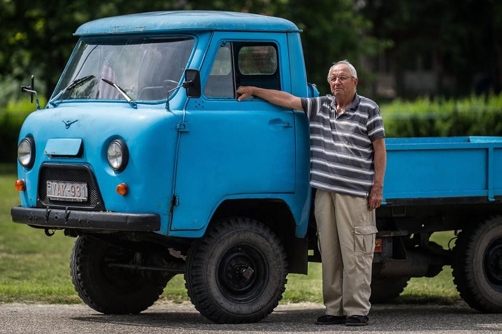Kecel, 2016. június 11.Szevcsik József áll egy Perkincz motorral szerelt csettegője mellett a VII. Keceli Meggyfesztiválon megrendezett csettegők versenyén 2016. június 11-én. A Dél-Alföldön elterjedtek a csettegők, amelyeket tréfásan mezőgazdasági kabriónak is neveznek. Ezek általában kiszuperált autók alkatrészeiből egyedileg készített szállítójárművek, amelyeket a gyümölcs- és szőlőtermelők használnak a gazdaságukban.MTI Fotó: Ujvári Sándor