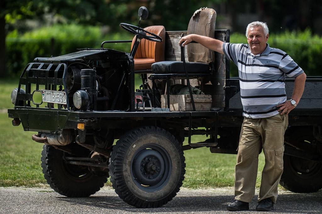 Kecel, 2016. június 11.Takács János áll egy Trabant motorral szerelt csettegője mellett a VII. Keceli Meggyfesztiválon megrendezett csettegők versenyén 2016. június 11-én. A Dél-Alföldön elterjedtek a csettegők, amelyeket tréfásan mezőgazdasági kabriónak is neveznek. Ezek általában kiszuperált autók alkatrészeiből egyedileg készített szállítójárművek, amelyeket a gyümölcs- és szőlőtermelők használnak a gazdaságukban.MTI Fotó: Ujvári Sándor