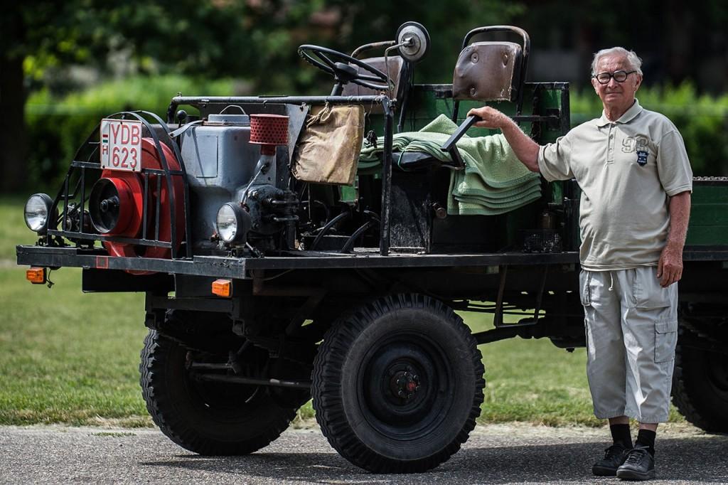 Kecel, 2016. június 11.Tugyi Mihály áll egy Mia motorral szerelt csettegője mellett a VII. Keceli Meggyfesztiválon megrendezett csettegők versenyén 2016. június 11-én. A Dél-Alföldön elterjedtek a csettegők, amelyeket tréfásan mezőgazdasági kabriónak is neveznek. Ezek általában kiszuperált autók alkatrészeiből egyedileg készített szállítójárművek, amelyeket a gyümölcs- és szőlőtermelők használnak a gazdaságukban.MTI Fotó: Ujvári Sándor