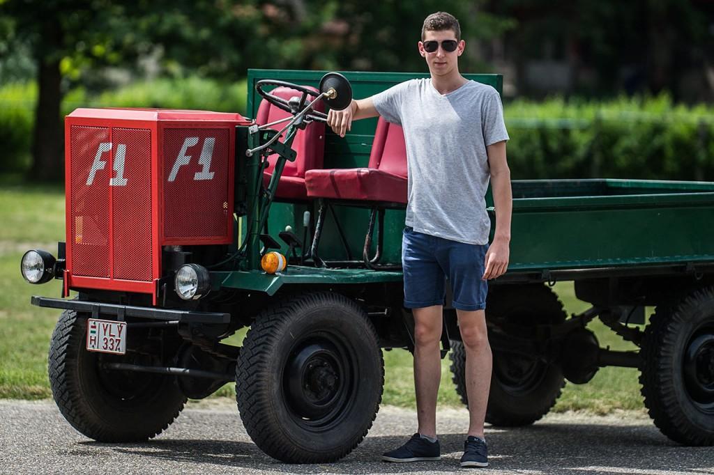 Kecel, 2016. június 11.Lakatos László áll egy Deutz motorral szerelt csettegője mellett a VII. Keceli Meggyfesztiválon megrendezett csettegők versenyén 2016. június 11-én. A Dél-Alföldön elterjedtek a csettegők, amelyeket tréfásan mezőgazdasági kabriónak is neveznek. Ezek általában kiszuperált autók alkatrészeiből egyedileg készített szállítójárművek, amelyeket a gyümölcs- és szőlőtermelők használnak a gazdaságukban.MTI Fotó: Ujvári Sándor