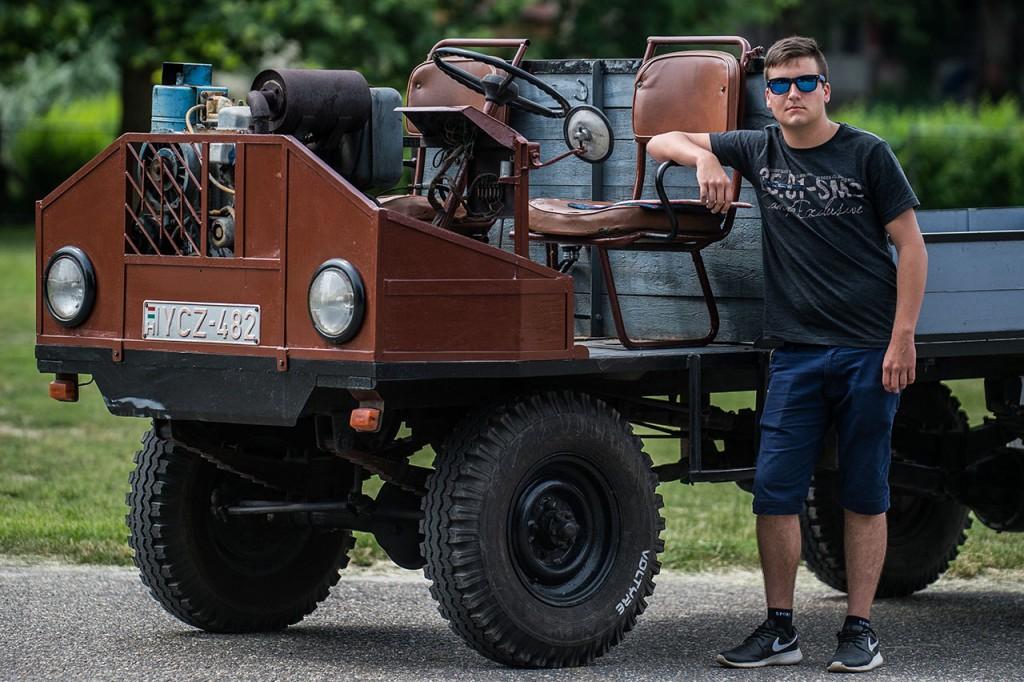 Kecel, 2016. június 11.Duzmath Péter áll egy Slavoa motorral szerelt csettegője mellett a VII. Keceli Meggyfesztiválon megrendezett csettegők versenyén 2016. június 11-én. A Dél-Alföldön elterjedtek a csettegők, amelyeket tréfásan mezőgazdasági kabriónak is neveznek. Ezek általában kiszuperált autók alkatrészeiből egyedileg készített szállítójárművek, amelyeket a gyümölcs- és szőlőtermelők használnak a gazdaságukban.MTI Fotó: Ujvári Sándor