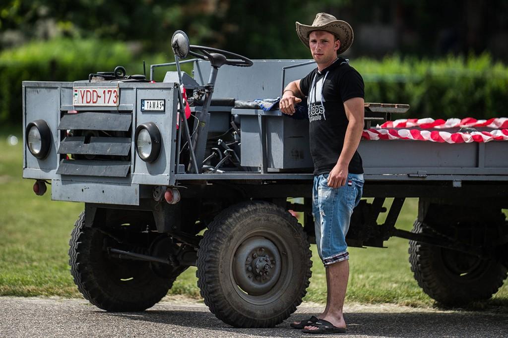 Kecel, 2016. június 11.Nehéz Tamás áll egy WL7 motorral szerelt csettegője mellett a VII. Keceli Meggyfesztiválon megrendezett csettegők versenyén 2016. június 11-én. A Dél-Alföldön elterjedtek a csettegők, amelyeket tréfásan mezőgazdasági kabriónak is neveznek. Ezek általában kiszuperált autók alkatrészeiből egyedileg készített szállítójárművek, amelyeket a gyümölcs- és szőlőtermelők használnak a gazdaságukban.MTI Fotó: Ujvári Sándor