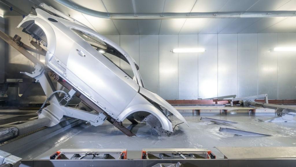 Gyõr, 2016. május 17. Katódos merítés a gyõri Audi Hungária Motor Kft. lakkozóüzemében 2016. május 17-én. MTI Fotó: Krizsán Csaba