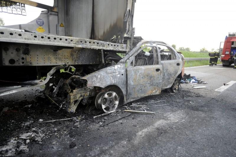 Tárnok, 2016. június 11. Egy pótkocsiba rohant, kiégett személyautó az M7-es autópálya Budapest felé tartó oldalán, a tárnoki lehajtó elõtt 2016. június 11-én. A balesetben négyen súlyos sérüléseket szenvedtek, mindannyian a személygépkocsiban utaztak. MTI Fotó: Mihádák Zoltán