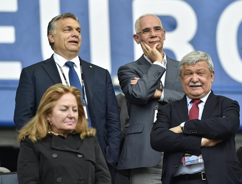Bordeaux, 2016. június 14.Orbán Viktor miniszterelnök (b), Balog Zoltán, az emberi erőforrások minisztere (j2) és Csányi Sándor, a Magyar Labdarúgó Szövetség (MLSZ) elnöke (j) a lelátón a franciaországi labdarúgó Európa-bajnokság F csoportja első fordulójában játszott Ausztria - Magyarország mérkőzés alatt a Bordeaux-i Stadionban 2016. június 14-én.MTI Fotó: Illyés Tibor