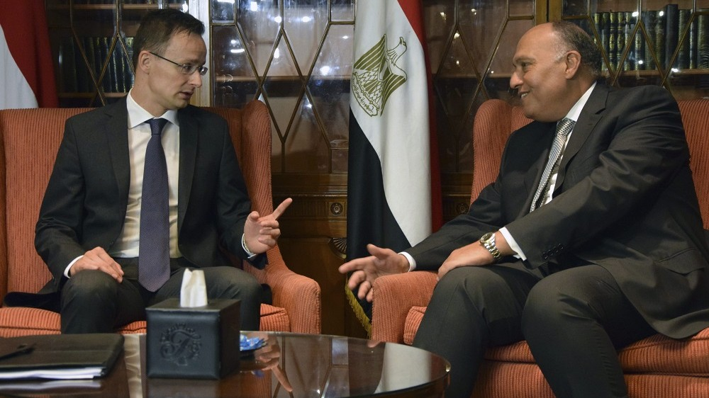 Kairó, 2016. június 1. A Külgazdasági és Külügyminisztérium (KKM) által közreadott képen Számeh Sukri egyiptomi külügyminiszter (j) fogadja Szijjártó Péter külgazdasági és külügyminisztert Kairóban 2016. június 1-jén. MTI Fotó: KKM