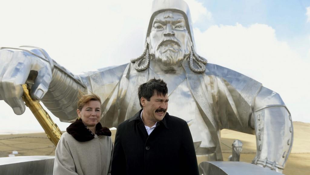 Ulánbátor, 2015. április 15. A hivatalos látogatáson Mongóliában tartózkodó Áder János köztársasági elnök és felesége, Herczegh Anita a Dzsingisz kán-kilátón Ulánbátor közelében 2015. április 15-én. MTI Fotó: Bruzák Noémi